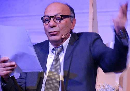 Giuseppe Bevilacqua legge il testo durante lo spettacolo