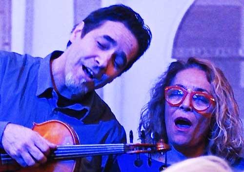 gli Altrioh cantano durante lo spettacolo