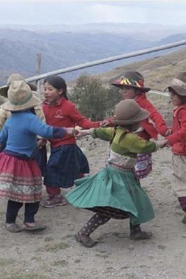bambine del Perù che fanno il girotondo